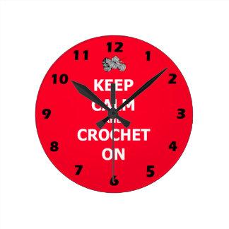 Gardez le calme et faites du crochet dessus, rouge horloge ronde