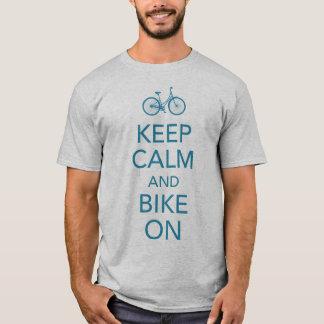 Gardez le calme et faites du vélo sur la chemise t-shirt
