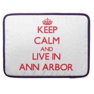 Gardez le calme et habitez à Ann Arbor Poches Pour Macbook Pro