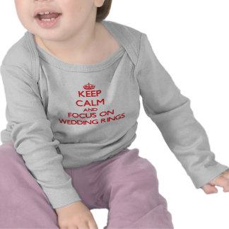 Gardez le calme et le foyer sur des anneaux de t-shirt