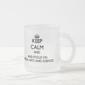Gardez le calme et le foyer sur des arts et des tasse à café