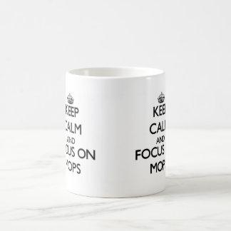 Gardez le calme et le foyer sur des balais mug blanc