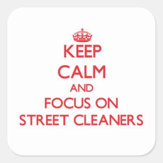 Gardez le calme et le foyer sur des balayeuses autocollants carrés