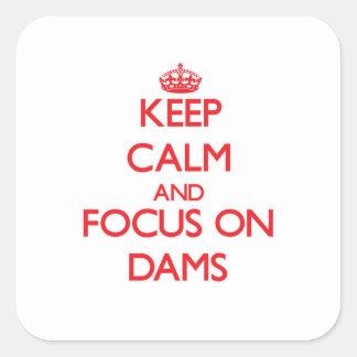Gardez le calme et le foyer sur des barrages sticker carré