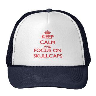 Gardez le calme et le foyer sur des calottes casquettes