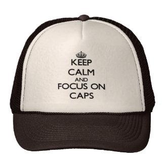 Gardez le calme et le foyer sur des casquettes