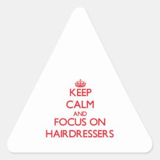 Gardez le calme et le foyer sur des coiffeurs autocollant en triangle