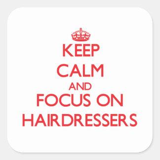 Gardez le calme et le foyer sur des coiffeurs autocollants carrés