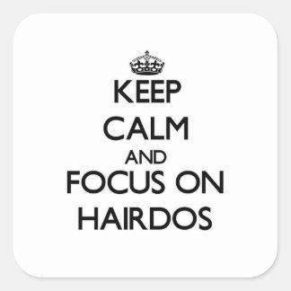 Gardez le calme et le foyer sur des coiffures autocollant carré