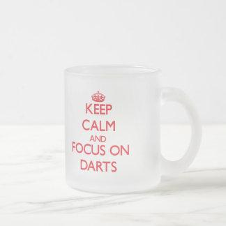 Gardez le calme et le foyer sur des dards tasse