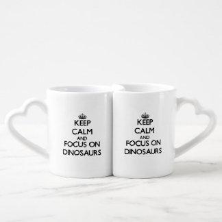 Gardez le calme et le foyer sur des dinosaures set mugs duo
