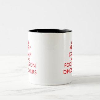 Gardez le calme et le foyer sur des dinosaures mug bicolore