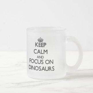 Gardez le calme et le foyer sur des dinosaures mug en verre givré