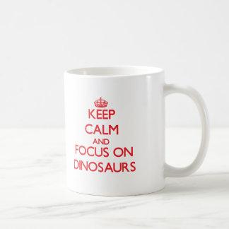 Gardez le calme et le foyer sur des dinosaures tasse