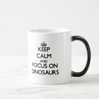 Gardez le calme et le foyer sur des dinosaures mug magique