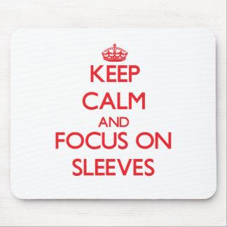 Gardez le calme et le foyer sur des douilles tapis de souris
