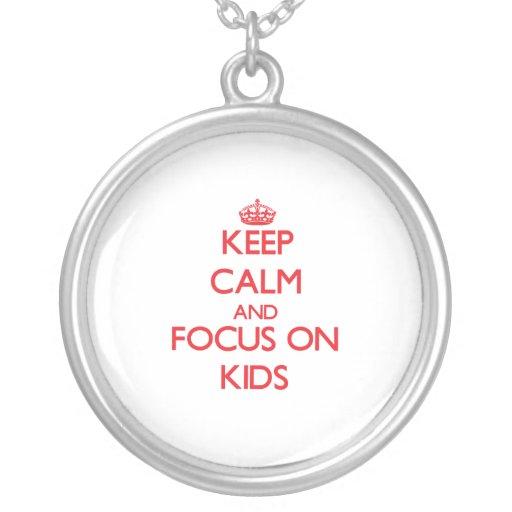 Gardez le calme et le foyer sur des enfants colliers personnalisés