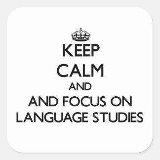 Gardez le calme et le foyer sur des études de sticker carré