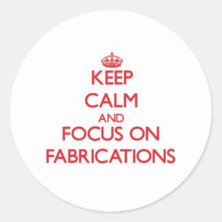 Gardez le calme et le foyer sur des fabrications adhésifs ronds