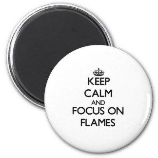 Gardez le calme et le foyer sur des flammes
