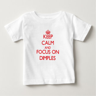 Gardez le calme et le foyer sur des fossettes t-shirt pour bébé