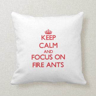 Gardez le calme et le foyer sur des fourmis de feu coussin décoratif