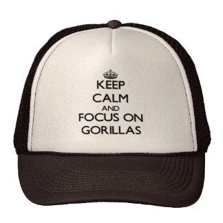 Gardez le calme et le foyer sur des gorilles casquettes