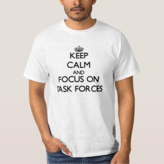 Gardez le calme et le foyer sur des groupes de t-shirt