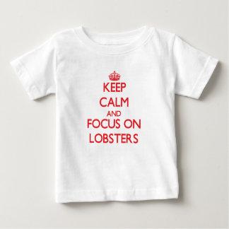 Gardez le calme et le foyer sur des homards t-shirt pour bébé