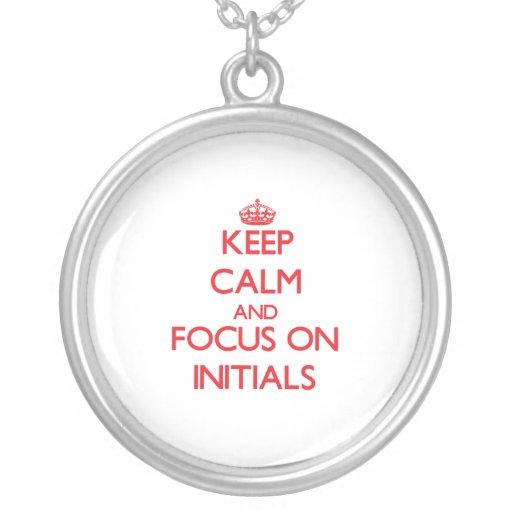 Gardez le calme et le foyer sur des initiales pendentifs personnalisés