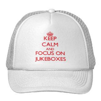 Gardez le calme et le foyer sur des jukes-box casquettes