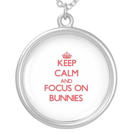 Gardez le calme et le foyer sur des lapins collier personnalisé