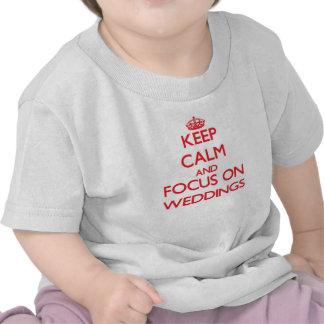 Gardez le calme et le foyer sur des mariages t-shirts