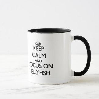 Gardez le calme et le foyer sur des méduses tasse