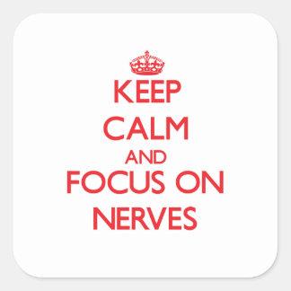 Gardez le calme et le foyer sur des nerfs autocollant carré