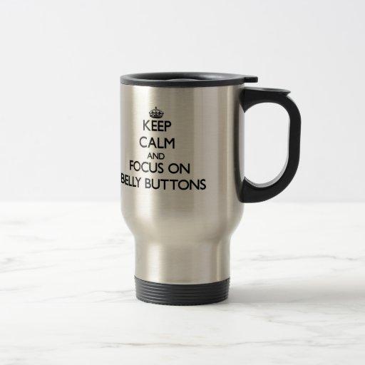Gardez le calme et le foyer sur des nombrils mugs