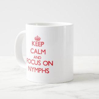 Gardez le calme et le foyer sur des nymphes mug