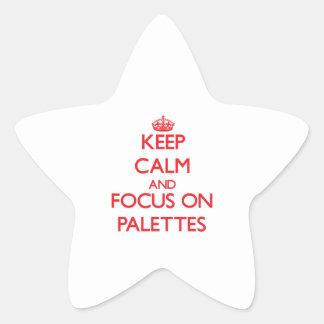 Gardez le calme et le foyer sur des palettes autocollant en étoile