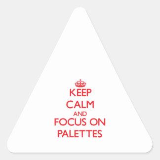 Gardez le calme et le foyer sur des palettes stickers en triangle