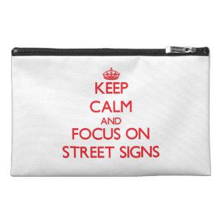 Gardez le calme et le foyer sur des plaques de rue trousse à accessoires de voyage