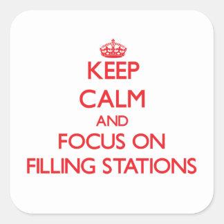 Gardez le calme et le foyer sur des postes autocollant carré