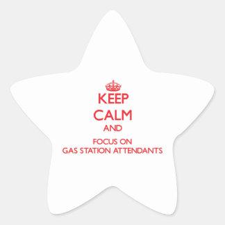 Gardez le calme et le foyer sur des préposés de sticker en étoile