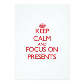 Gardez le calme et le foyer sur des présents cartons d'invitation personnalisés