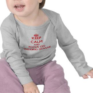 Gardez le calme et le foyer sur des robes de t-shirt