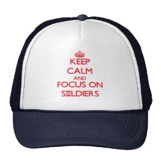 Gardez le calme et le foyer sur des soldats casquettes de camionneur