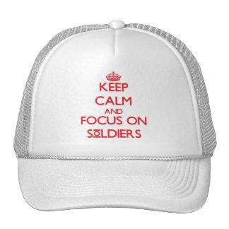 Gardez le calme et le foyer sur des soldats casquette