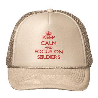 Gardez le calme et le foyer sur des soldats casquettes