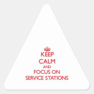 Gardez le calme et le foyer sur des stations stickers en triangle