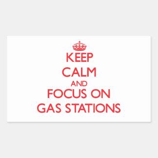 Gardez le calme et le foyer sur des stations autocollants en rectangle