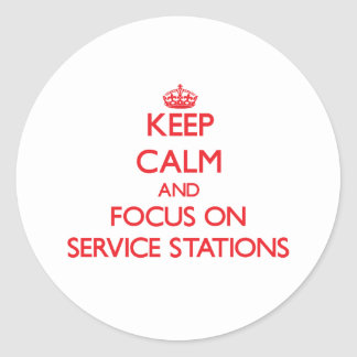 Gardez le calme et le foyer sur des stations autocollants ronds